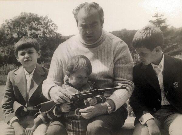 Il maresciallo Viktor Kulikov insieme ai nipoti negli anni '80  - Sputnik Italia