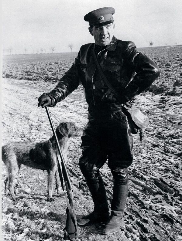 Il maresciallo Vasiliy Chuikov durante una battuta di caccia in Germania negli anni '50.  - Sputnik Italia