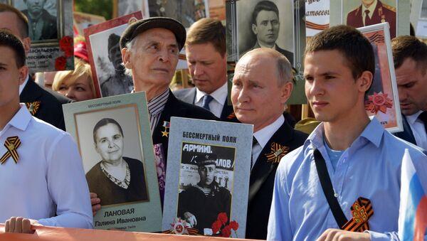 Vladimir Putin al corteo del Reggimento immortale - Sputnik Italia