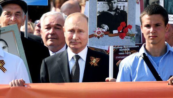 Президент РФ Владимир Путин с портретом своего отца-фронтовика Владимира Спиридоновича принимает участие в шествии патриотической акции Бессмертный полк - Sputnik Italia
