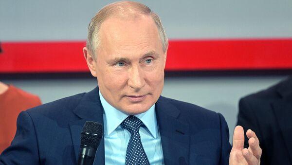 Il presidente russo Vladimir Putin durante il media forum organizzato dal movimento civile Fronte Popolare Russo a Sochi - Sputnik Italia