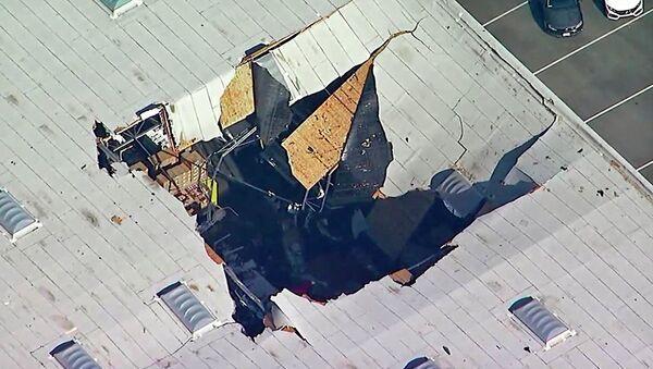 Il tetto del magazzino della base militare di Riversid (California) colpito dal caccia F-16 - Sputnik Italia