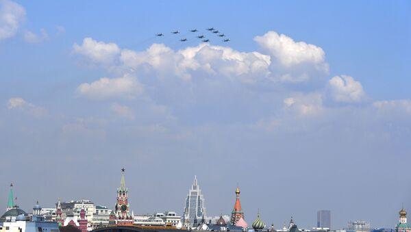 Aerei Su-30SМ, Su-34 e Su-35S sorvolano la Piazza Rossa durante le prove di una parata militare. - Sputnik Italia
