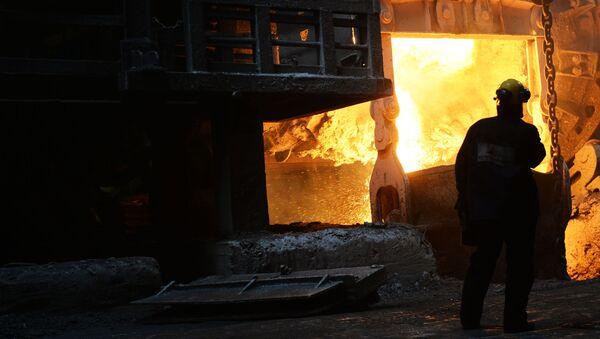 Fusione del metallo in un'industria metallurgica - Sputnik Italia