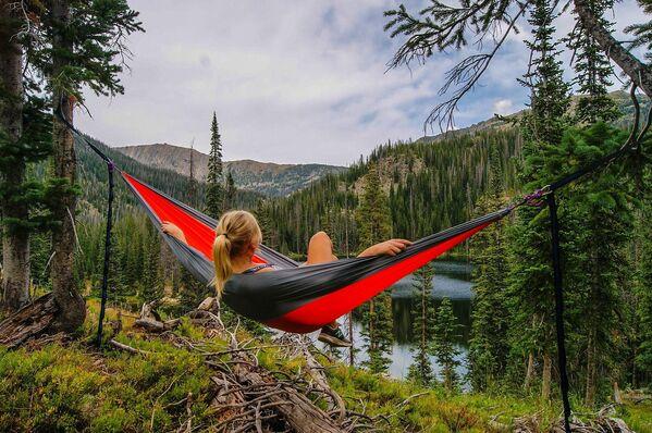 Una ragazza su un amaca in un bosco. - Sputnik Italia