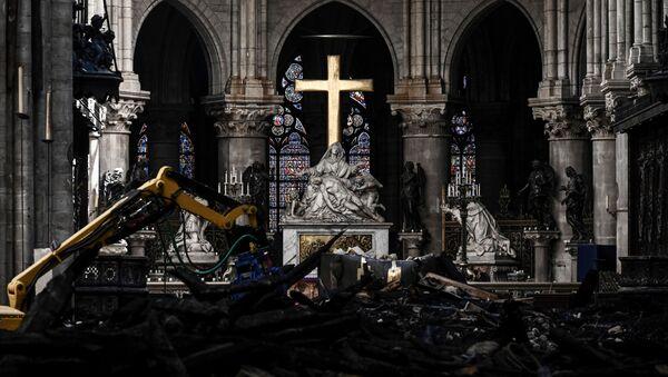 L'altare della Cattedrale di Notre-Dame sullo sfondo della ricostruzione, Parigi.  - Sputnik Italia