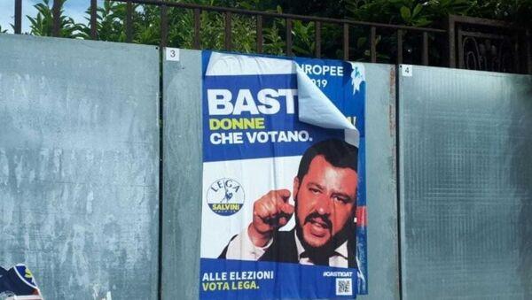 A Bologna, in vista delle elezioni europee 2019, sono apparsi manifesti finti dedicati alla Lega e M5S - Sputnik Italia