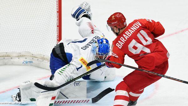 Il portiere della nazionale italiana di hockey Andreas Bernard (a sinistra) e il hockeista russo Alexander Barabanov (a destra) durante la partita di hockey tra Russia e Italia nel girone B del Campionato mondiale di hockey 2019 - Sputnik Italia