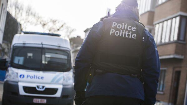 Офицер полиции и полицейская машина в Брюсселе - Sputnik Italia