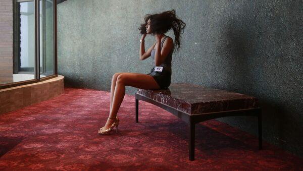 Модель укладывает свои волосы перед началом недели моды Lakme в Мумбаи, Индия   - Sputnik Italia
