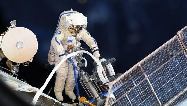 Astronauta russo nello spazio aperto - Sputnik Italia