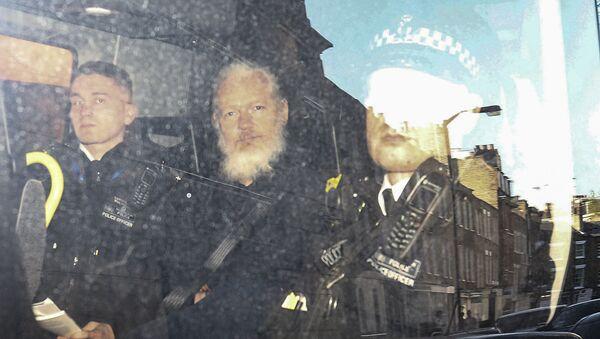 Il fondatore di WikiLeaks Julian Assange nel furgone della polizia dopo il suo arresto a Londra - Sputnik Italia