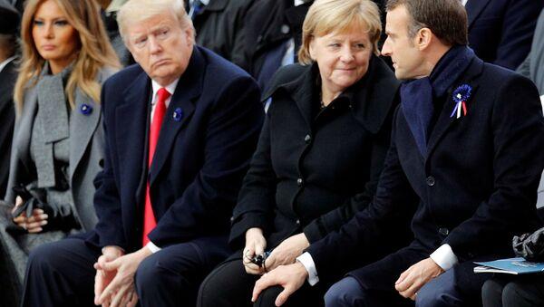 Il presidente USA Donald Trump, il presidente francese Emmanuel Macron e il cancelliere tedesco Angela Merkel a Parigi in occasione della cerimonia in memoria del centenario dalla fine della Prima Guerra Mondiale. - Sputnik Italia