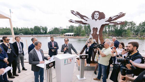Il direttore del fondo Skolkovo Arkadiy Dvorkovich e Pier Paolo Celeste, direttore di ICE Agenzia Mosca, all'apertura del padiglione italiano allo Start-Up Village 2019 - Sputnik Italia