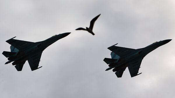 Due caccia Sukhoi SU-27 in volo a San Pietroburgo durante le ripetizioni della Parata della Vittoria  - Sputnik Italia