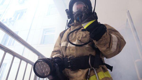 Сотрудник МЧС во время пожарно-тактических учений  - Sputnik Italia