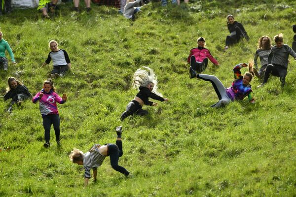 Partecipanti alla corsa di formaggio a Cooper's Hill in Brockworth, Inghilterra. - Sputnik Italia