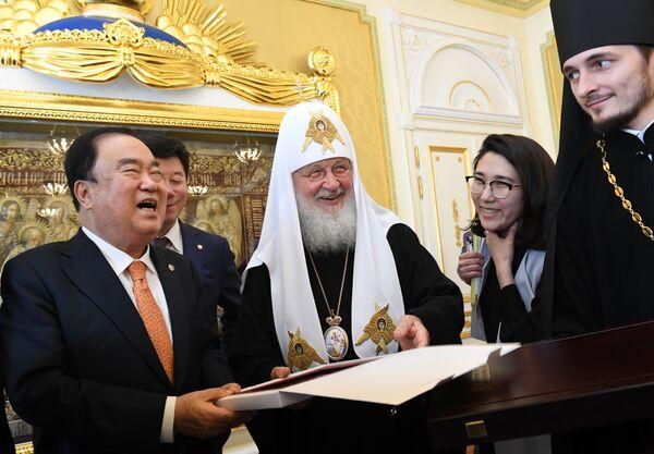 L'incontro tra il patriarca Kirill e il politico sudcoreano Moon Khi San a Mosca. - Sputnik Italia