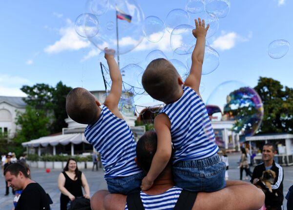 Il festival dei gemelli a Yalta, Crimea.  - Sputnik Italia