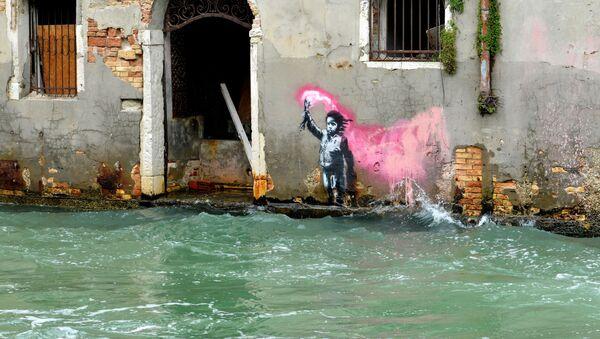 Presumibilmente l'opera di Banksy che raffigura un bambino migrante a Venezia - Sputnik Italia