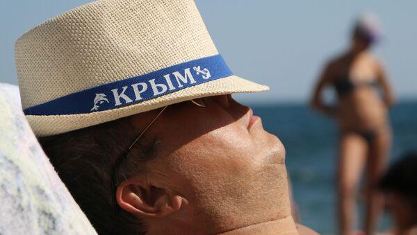 Uomo prende il sole sulla spiaggia a Yalta - Sputnik Italia