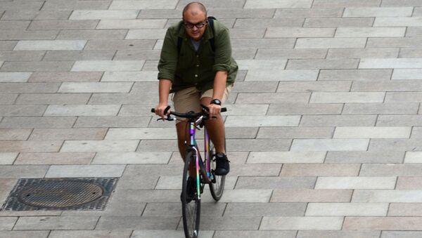 Мужчина едет на велосипеде по Якиманской набережной после реконструкции - Sputnik Italia