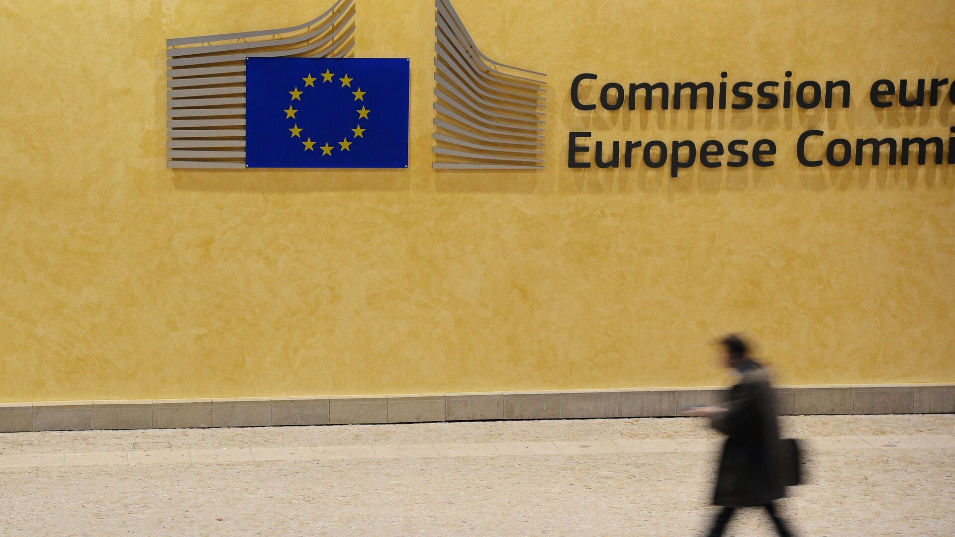 Un passante di fronte alla sede della Commissione Europea a Bruxelles - Sputnik Italia, 1920, 14.09.2021