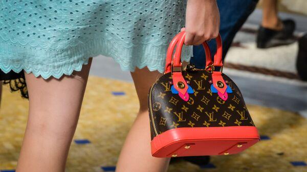 Una ragazza con borsa Louis Vuitton - Sputnik Italia