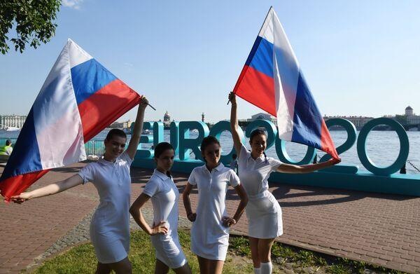 Ragazze con le bandiere russe. - Sputnik Italia