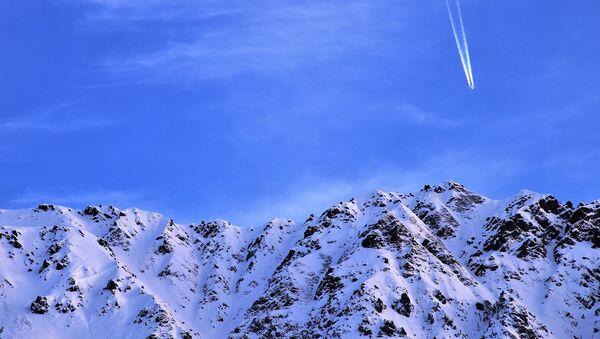 Aereo in cielo sui monti - Sputnik Italia