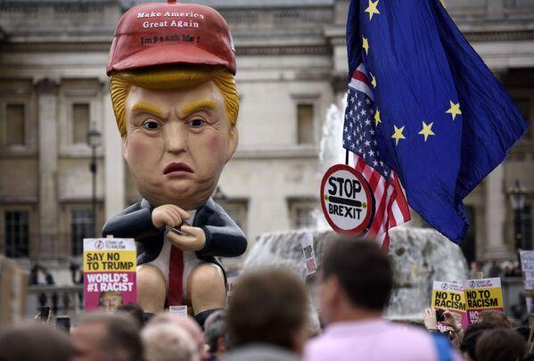 Le proteste contro la visita di Donald Trump a Londra.  - Sputnik Italia