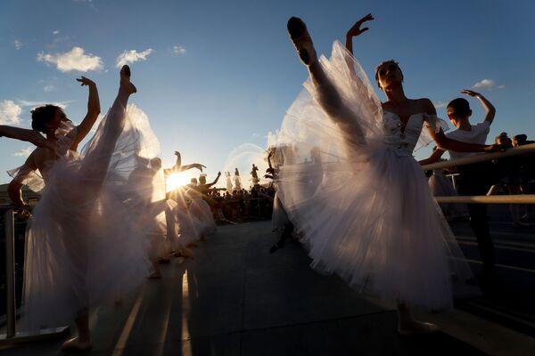 La lezione del balletto all'aria aperta nell'ambito del festival Le feste del balletto mondiale, Mosca.  - Sputnik Italia