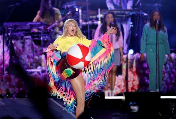 Taylor Swift durante l'esibizione al concerto iHeartRadio Wango Tango, California. - Sputnik Italia
