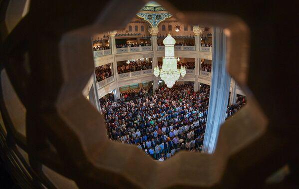 Musulmani durante la prega il giorno dell'Id al-fitr, la moschea-cattedrale di Mosca. - Sputnik Italia