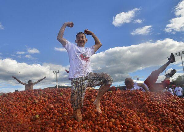 I partecipanti della decima edizione della Tomatina, Colombia. - Sputnik Italia