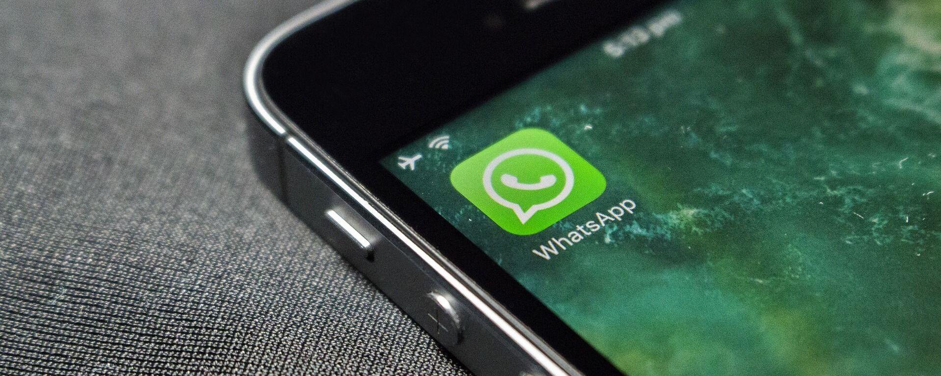 Logo dell'applicazione WhatsApp sullo schermo di uno smarphone - Sputnik Italia, 1920, 13.04.2021