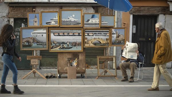 L'artista di strada Banksy vicino alla sua opera Venice in Oil, esposta illegalmente in strada in occasione della Biennale di Venezia (2019) - Sputnik Italia