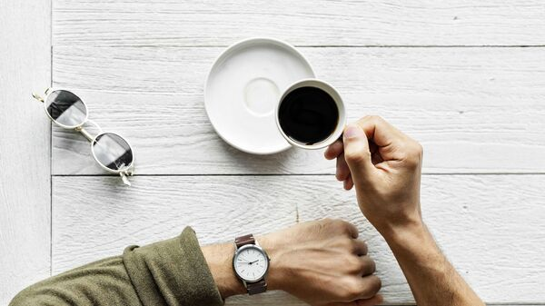 Un uomo in procinto di bere una tazzina di caffè - Sputnik Italia