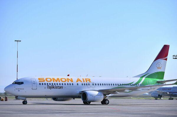Il Boeing 737-800 con la livrea della compagnia di bandiera Somon Air del presidente del Tajikistan Emomali Rakhmon - Sputnik Italia