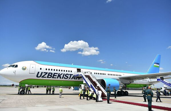 Il presidente dell' Uzbekistan Shavkat Mirziyoyev è arrivato a Bishkek a bordo di un Boeing 767-300 della compagnia di bandiera uzbeka, la Uzbekistan Airways  - Sputnik Italia