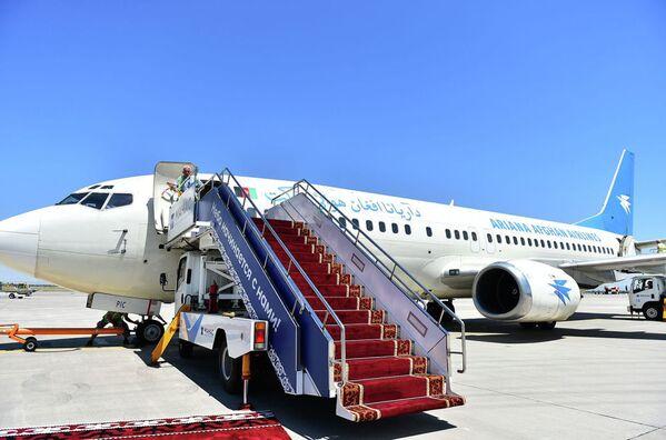 Il presidente afgano Mohammad Ashraf Ghani viaggia a bordo di un Boeing 737-300 della compagnia di bandiera Ariana Afghan Airlines  - Sputnik Italia