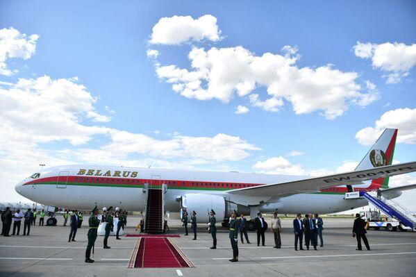 Anche la Bielorussia è un paese osservatore della SCO: il presidente Lukashenko ha compiuto le cinque ore di volo da Minsk a Bishkek a bordo di un Boeing 767-300 - Sputnik Italia