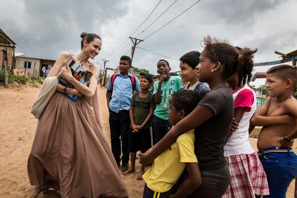 Inviato speciale dell'Agenzia delle Nazioni Unite per i rifugiati Angelina Jolie parla con i bambini a Riohacha, in Colombia. - Sputnik Italia