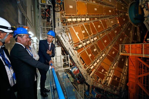 Premier russo Dmitry Medvedev mentre osserva il rilevatore dell'esperimento ATLAS del Grande Collisore di Adroni presso il Cern di Ginevra. - Sputnik Italia