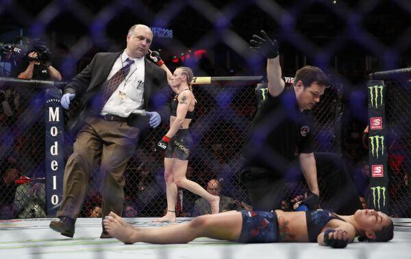 Valentina Shevchenko manda ko Jessica Eye durante l'incontro di arti marziali miste UFC238 sabato 8 giugno 2019 a Chicago. - Sputnik Italia