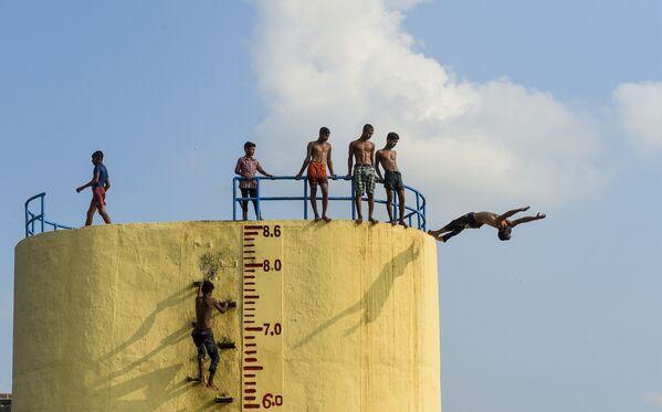 Nuotata nel fiume Buriganga in un giorno caldo a Dhaka, Bangladesh. - Sputnik Italia