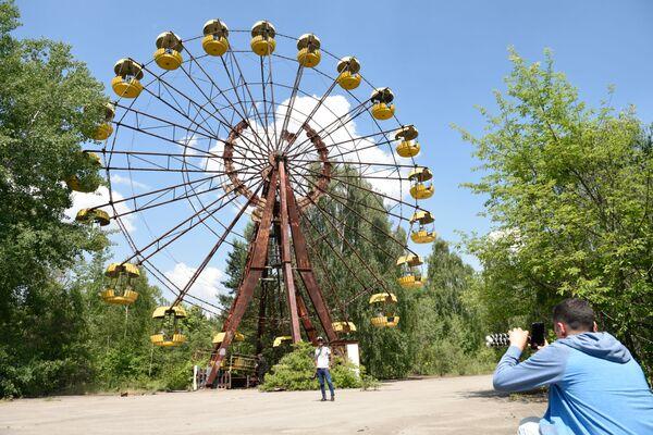 Turisti nella zona di alienazione a Pripyat, Ucraina. - Sputnik Italia