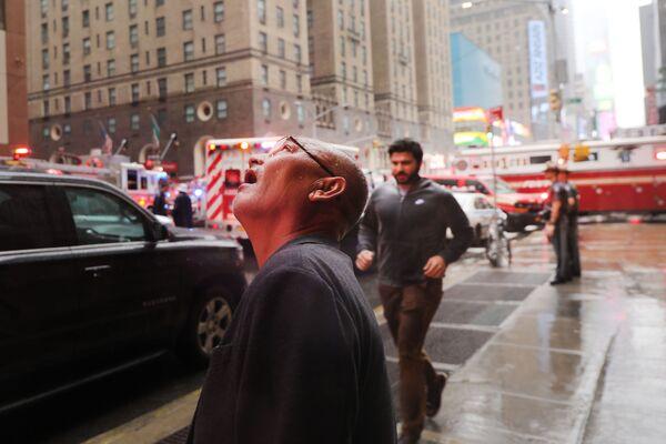 Uomo osserva il luogo dello schianto dell'elicottero a New York. - Sputnik Italia