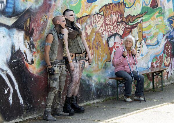 Le ragazze si fotografano presso il murales nel giorno del Wave Gothic Festival a Lipsia, Germania. - Sputnik Italia