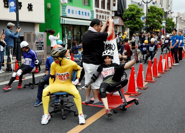 Partecipanti della corsa in sedie da ufficio ISU-1 Grand Prix a Hanyu, Giappone. - Sputnik Italia